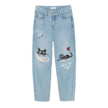 High rise mom's jeans with knee rip and print